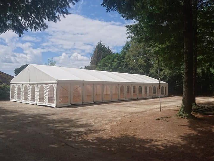 Installation de tente de réception à Plumelin
